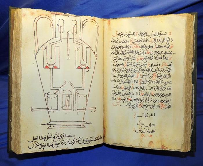 《奇妙装置之书》由在巴格达「智慧之屋」工作的三兄弟于公元850年出版,书中搜罗了许多自动机械装置的设计图。 PHOTOGRAPH BY UNIVERSAL HI