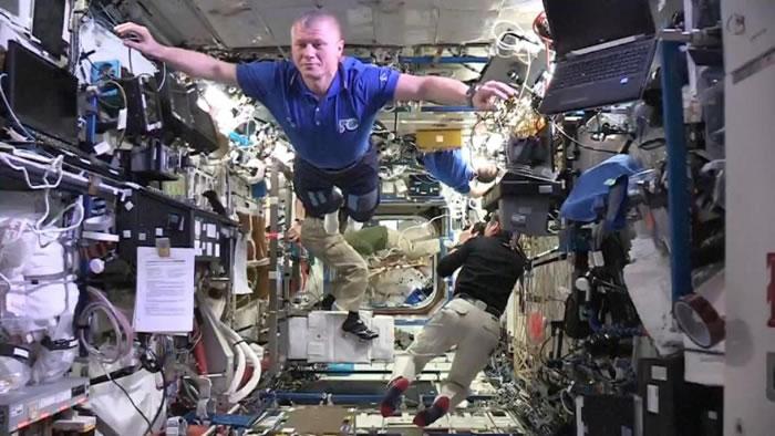 太空人在空中漂浮。