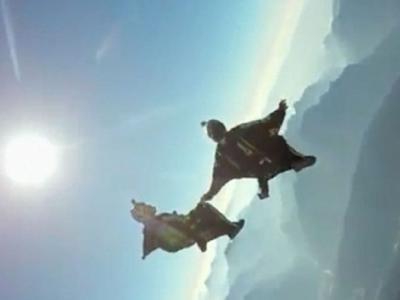 法国极限运动员穿蝙蝠装在意大利多洛米蒂山脉以时速160公里滑翔