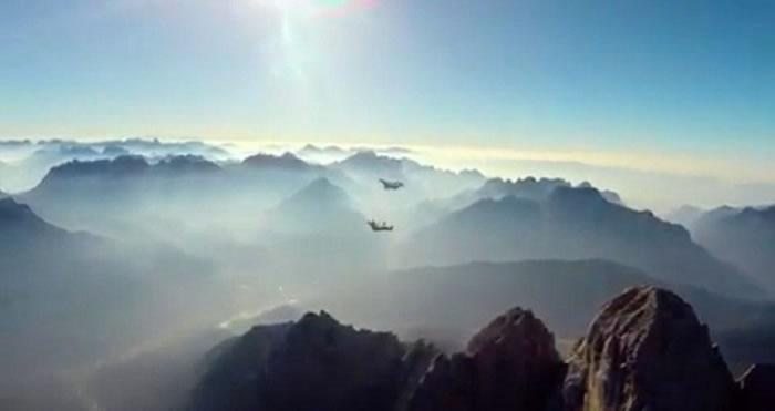 菲根和雷费身穿蝙蝠装在山脉滑翔。