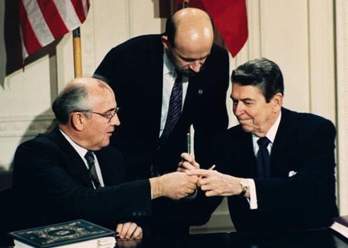 里根(右)与俄方签署销毁美俄中程核导弹条约。