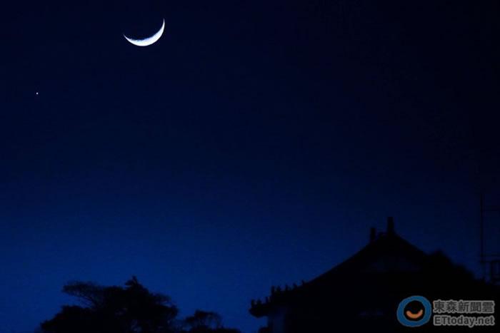 只要抬头朝西看 就能看见金星合月美丽天象