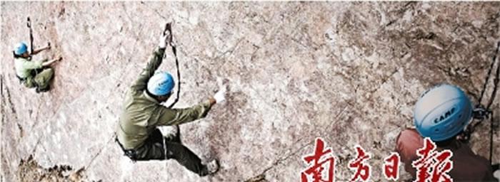 邢立达和同行攀附在陡峭的岩壁上寻找恐龙化石。