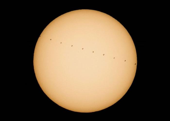 NASA放出一张太阳前有多个细小黑影的相片。