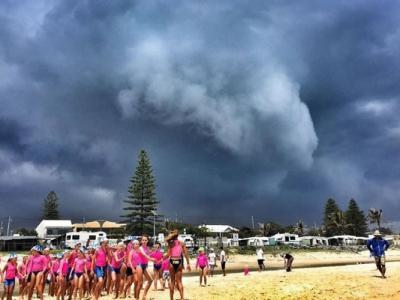 澳洲黄金海岸的金斯克利夫海滩刮起犹如小型龙卷风的沙尘暴