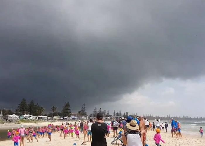 数百名少年救生员与家人拔足狂奔躲避。