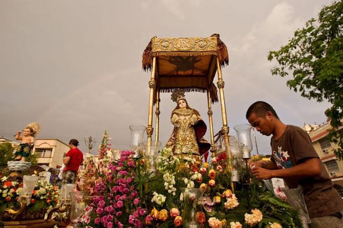 菲律宾马洛洛思(Malolos),一座由象牙制成的神像正准备进行绕境活动。 PHOTOGRAPH BY BRENT STIRTON, GETTY IMAGES/