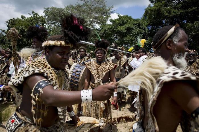 信众在宗教庆典时穿着代表荣耀和忠诚的豹皮。基于豹数量的减少,许多人已经转为使用人造豹皮来替代。 PHOTOGRAOH BY ALEXANDER JOE, AFP