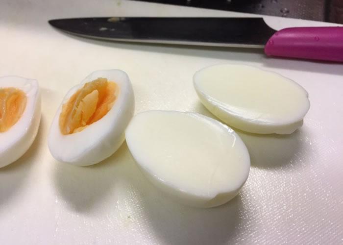 比起普通鸡蛋(左),主妇购得的是没有蛋黄的鸡蛋(右)。