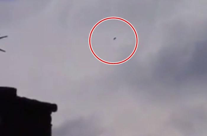 库珀拍到天空上一个飞行的黑点(红圈示)。