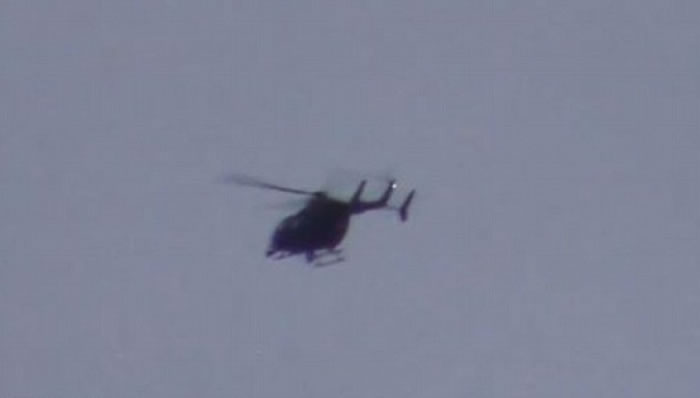 库珀在黑点离开后,拍到有直升机沿着黑点的飞行路线飞驶。