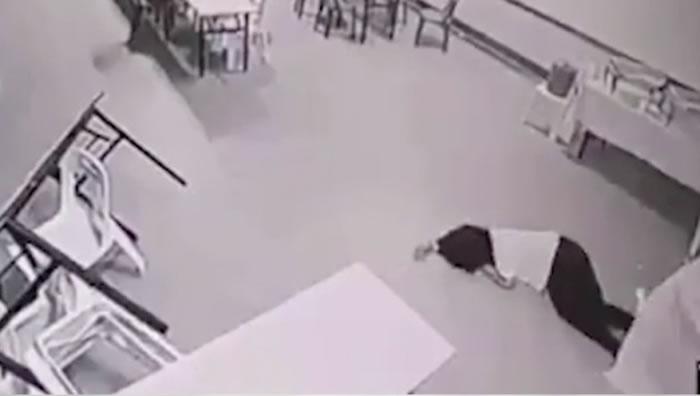 她被整个过程吓得晕倒在地上。