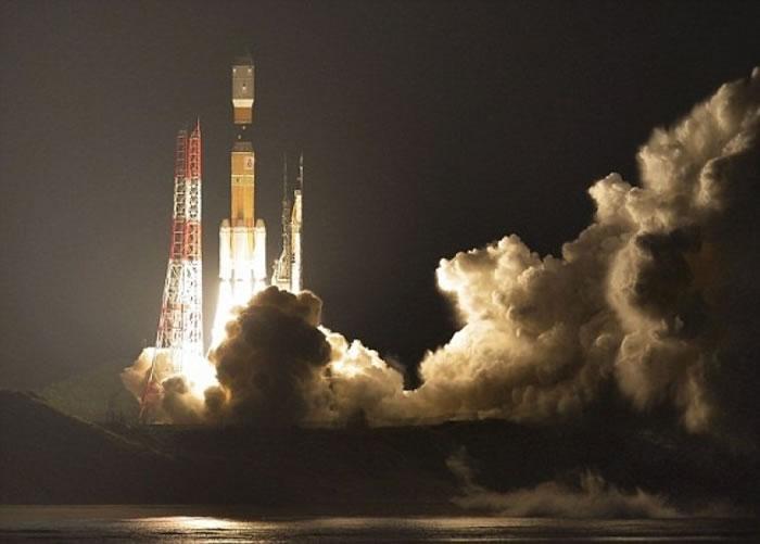 """种子岛宇宙中心利用H2B火箭,发射""""鹳""""号无人货运飞船。"""