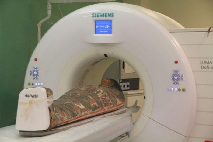 木乃伊被送往扫描。