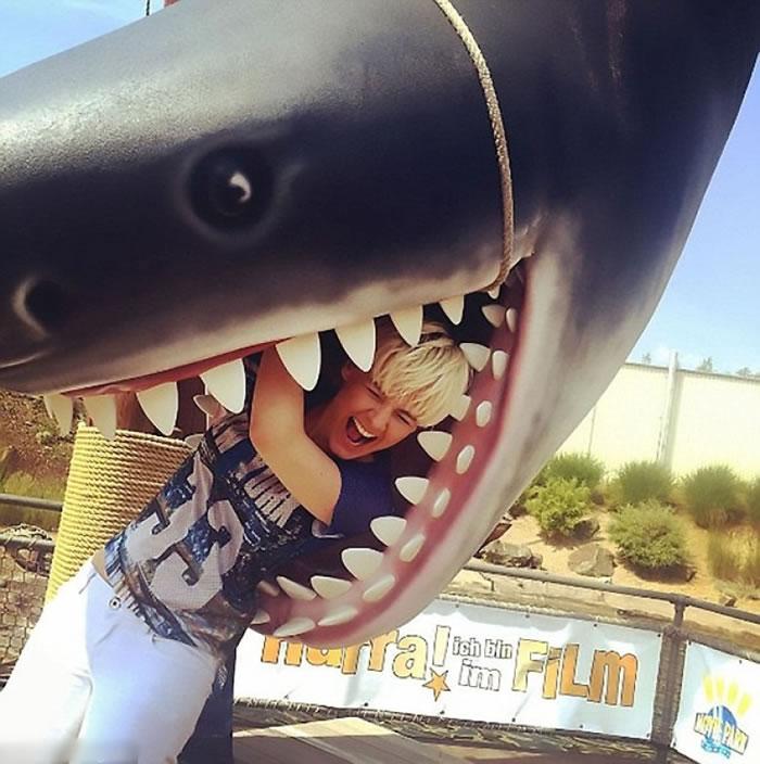 古斯齐曾用道具拍照,假扮被鲨鱼吞下。