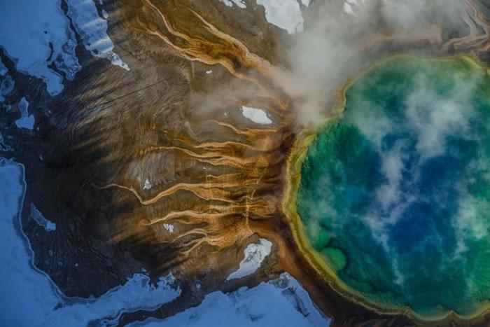 鸟瞰美国黄石公园的大棱镜温泉,充满诡秘感觉。