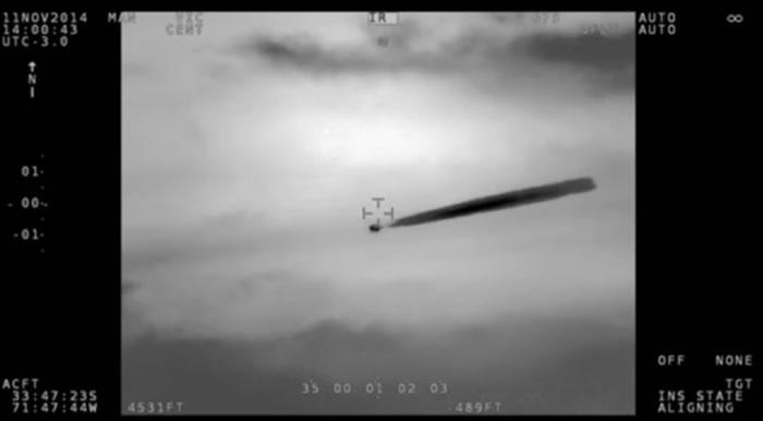 智利海军直升机2014年11月拍摄到UFO 不明飞行物体排出一串类似羽状云的物质