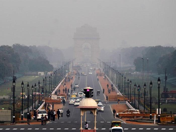 雾霾垄罩了新德里著名的地标──印度门(India Gate)。 PHOTOGRAPH BY ALTAF QADRI, AP