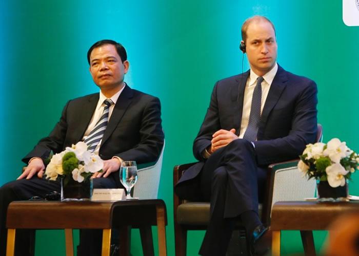 威廉王子(右)在越南访问时点名称赞中国。