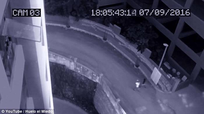 外国监控镜头拍到疑似幽灵跟在人背后