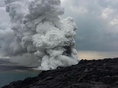 美国夏威夷卡莫库纳火山除夕爆发 游客直击溶岩掉入海