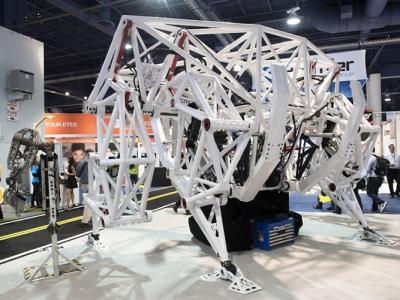 美国拉斯维加斯科技展览 4米高巨型机器人全场触目