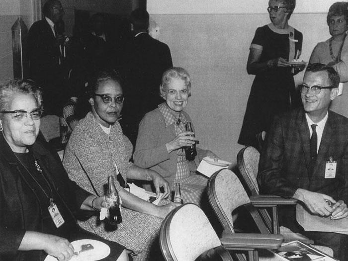 桃樂斯.范恩(Dorothy Vaughan,左一)在朗利研究中心的計算部門工作,這個部門位於離中心較遠的西側建築。之後她被拔擢為部門主管,成為美國國家航空諮詢
