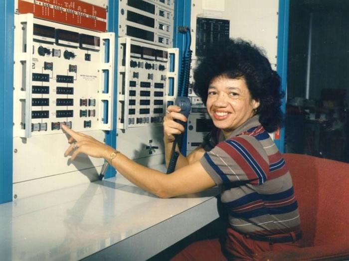 1975年,克莉斯汀.达登在朗利风洞的控制室工作。 PHOTOGRAPH BY NASA