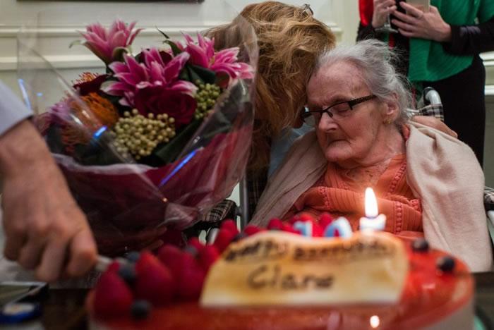 霍林沃思105岁时于香港外国记者会庆祝生日。