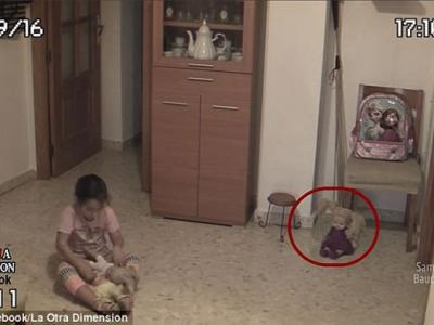 灵异片段?外国视频监控拍到洋娃娃会自己摇头摆脑