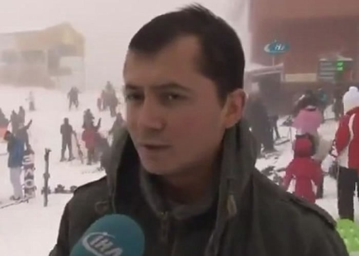 经理在雪崩发生时仍淡定接受访问。