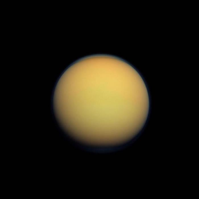 土卫六的浓厚大气,让我们始终无法看清它的地表样貌。 PHOTOGRAPH BY NASA