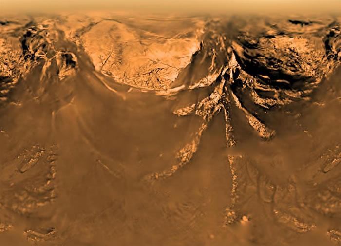 从土卫六上方9.7公里处所拍摄到的地表样貌。这张影像是由惠更斯号探测器所拍摄到的多张照片所组合而成。 PHOTOGRAPH BY ESA, NASA, JPL,