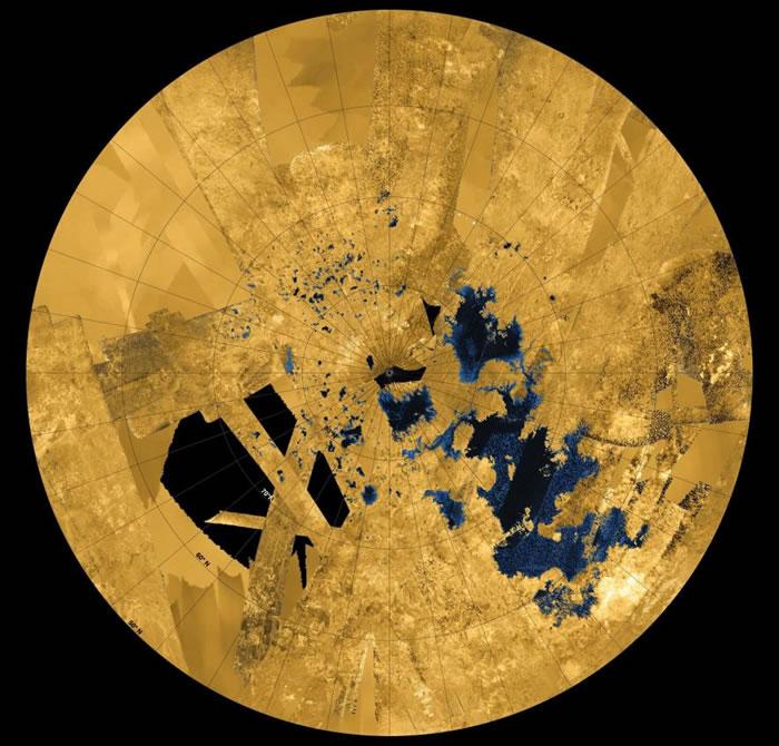 这张彩色影像是由卡西尼号太空船所拍摄到的多张照片组合而成,可以看到在土卫六北半球的陆地上,遍布着由碳氢化合物所形成的湖泊和海洋。 IMAGE BY NASA,