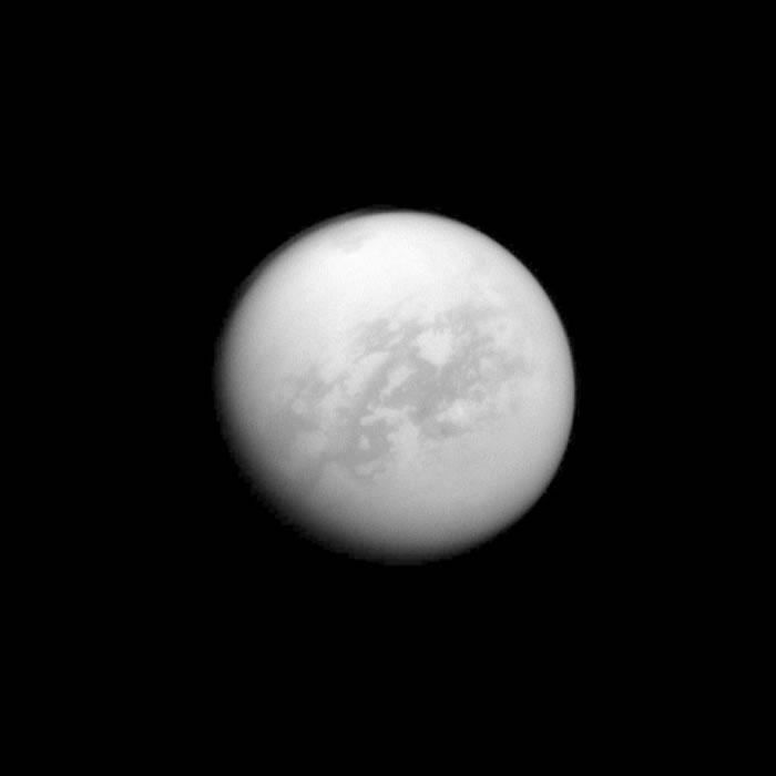 卡西尼号能看透土卫六上方的迷雾,测绘表面的碳氢化合物湖泊及冰丘。 PHOTOGRAPH BY NASA, JPL-CALTECH, SPACE SCIENCE