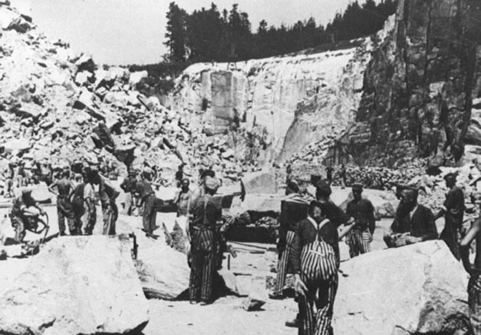 囚犯在集中营内当苦工。