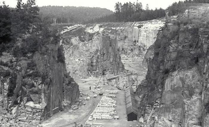 集中营建在一个石矿场附近。