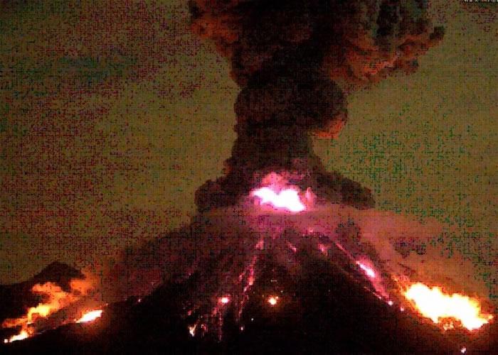墨西哥最大的火峰火山(Colima Volcano)疯狂爆发 60公里外闻巨响