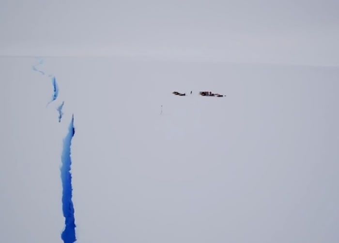南极出现冰缝,危及研究人员。