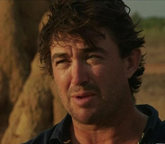 国家地理纪录片《荒野擒拿手》主持惊奇发现澳洲4米巨鳄隐身激流乱石