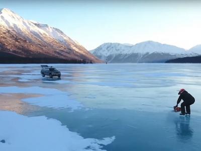 美国阿拉斯加州男子表演绝技 湖面电锯溜冰