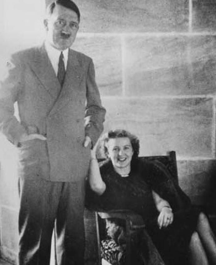 外界一直相信希特勒与情妇伊娃当年在一个碉堡内吞枪自杀身亡。