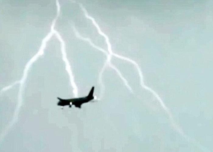 俄航客机遭闪电击中。