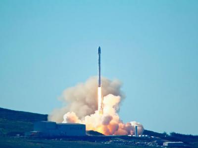 美国私人航天公司SpaceX成功发射无人火箭把10枚卫星送上太空