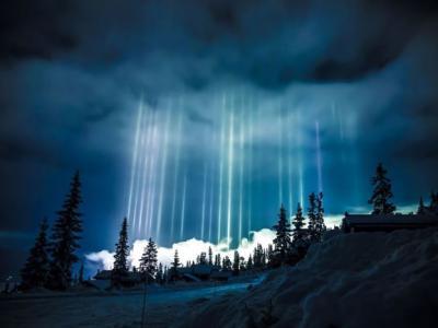 罕见光柱亮透北半球 媲美北极光