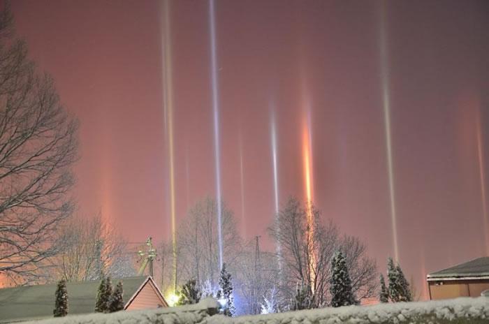 """""""光柱""""的形成是因为空气中的水粒凝固。"""