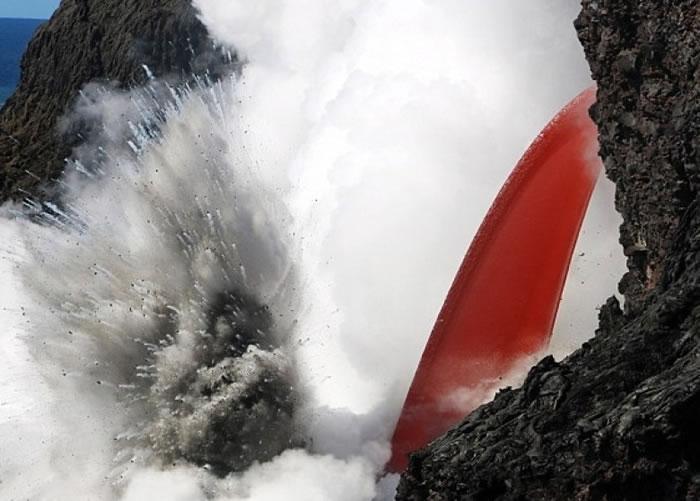 美国夏威夷基拉韦厄火山喷发 滚滚熔岩倾泻海面