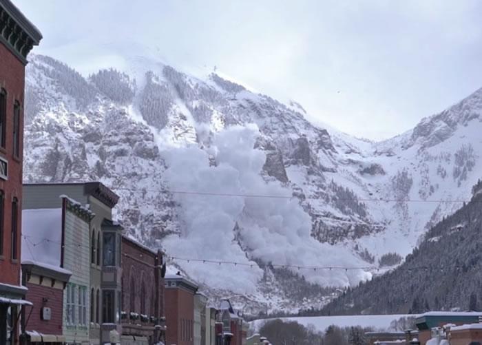 当局事前封锁道路及发出通知,令民众可以安心看人工雪崩。