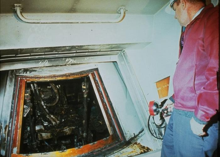阿波罗1号指挥舱严重焚毁。