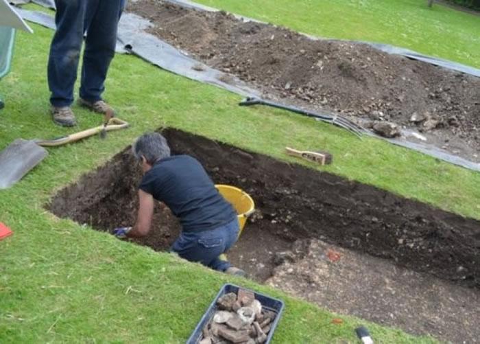 工作人员小心挖掘